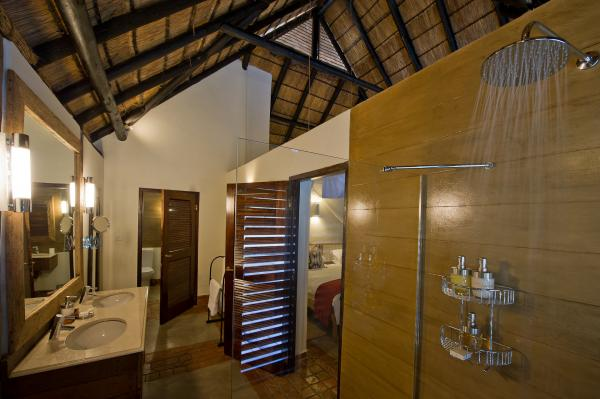 En-suite bathroom facilities at Mfuwe Lodge