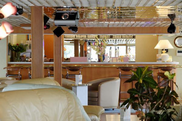ms botticelli cruises along the beautiful seine river. Black Bedroom Furniture Sets. Home Design Ideas