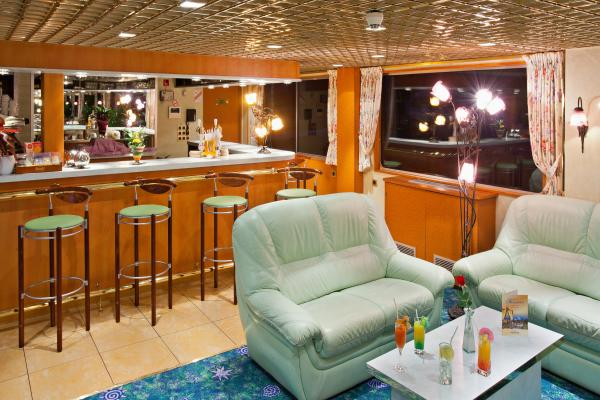 Salon Bar on the MS Beethoven