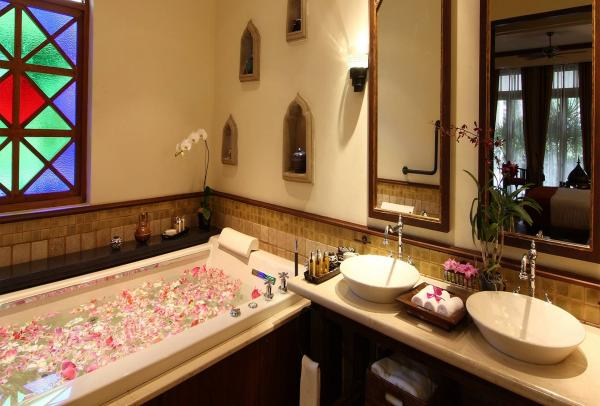 Bathroom facilities at the AriyasomVilla Hotel