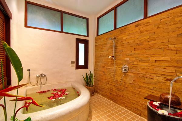 Grand Deluxe Studio Bathroom