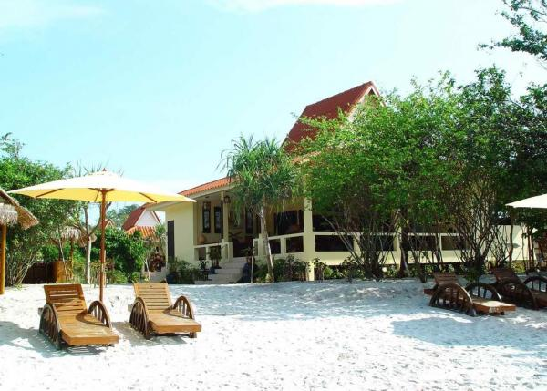 Relaxe on the warm beach of the Buffalo Bay Vacation Club