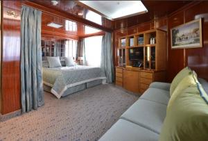 Deluxe Suite aboard the Hebridean Sky