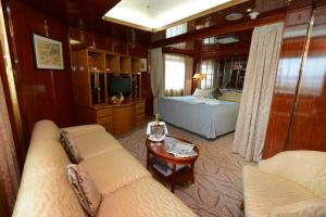 Deluxe Suite aboard the Island Sky