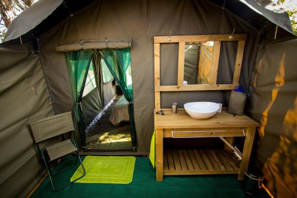 The no-fuss outdoor bathroom at your //Huab tent