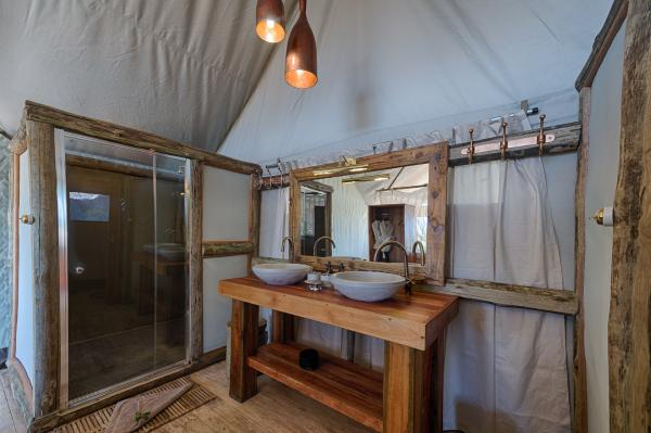 Indoor/Outdoor bathroom at Tubu Tree Camp