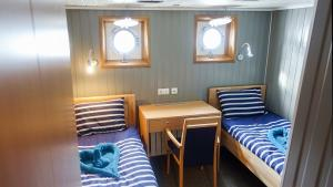 Twin bed with portholes