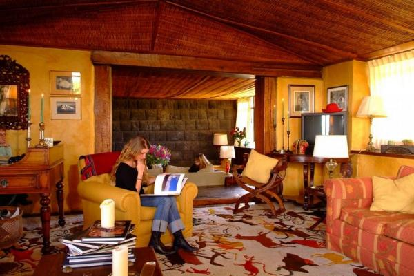 Enjoy the library at Hacienda San Augustin de Callo