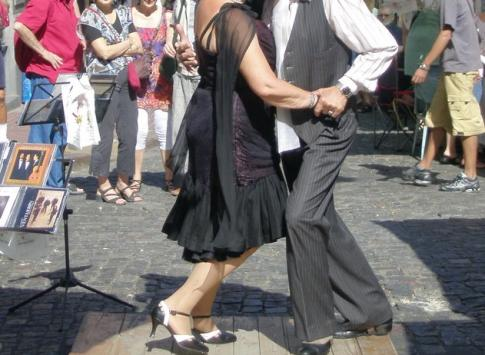 Tango dancers in the street