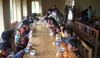 School children eating breakfast