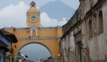 Antigua arch with volcano in backgroung