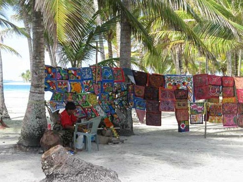 "Kuna selling fabric art ""Mola\"""
