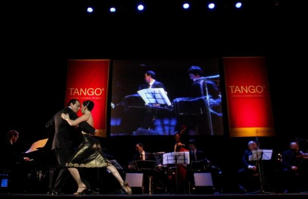 A live orchestra accompanied the tango dancers