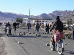 Protests places rocks on the streets to prevent traffic. Photos courtesy of CNR