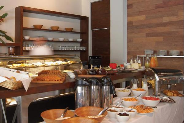Complimentary nutritious breakfasts and organic dining options in La Cafeteria