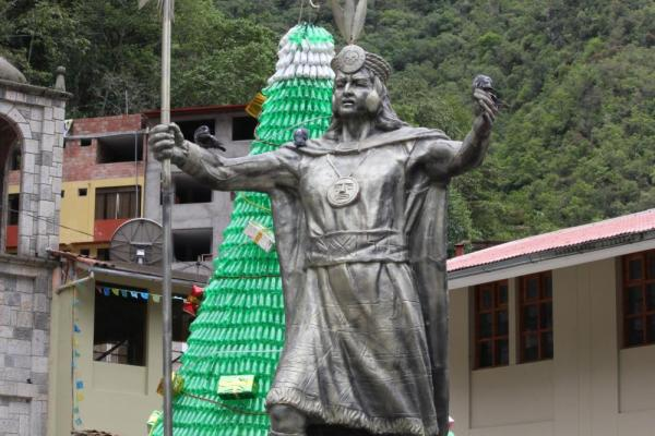 Statue in Steps of Aguas Calientes