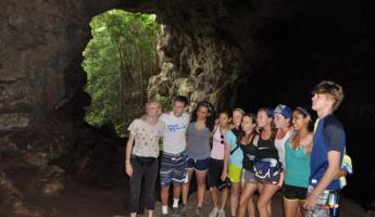 A student group enters the Rio Frio cave