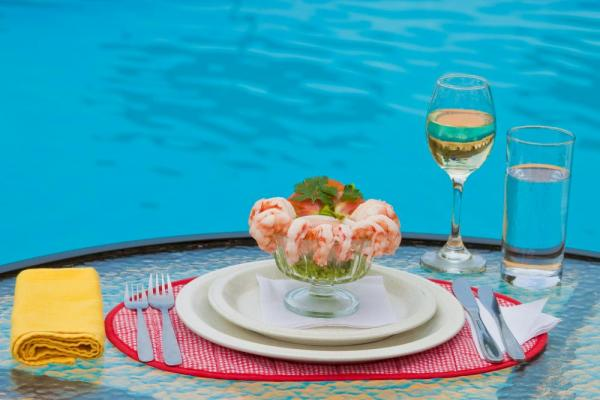 Fresh seafood is on the menu at Mantaraya Lodge