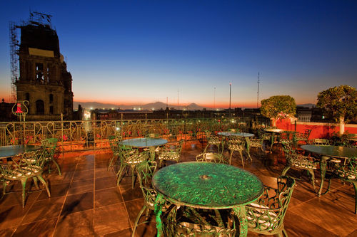 The restaurant offers a terrace wth an amazing view of the Main Square