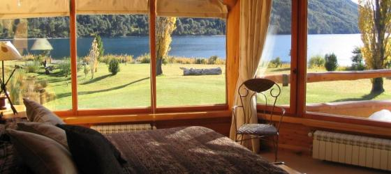 The lodge offers 13 rooms with views to the lake