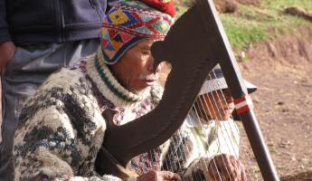A man plays his harp as we hike the Cachiccata Trek