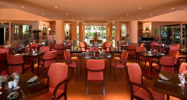 Enjoy conversation in Iguazu Grand's luxurious bar
