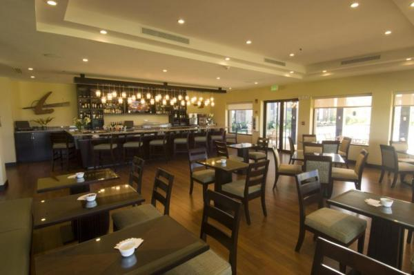 The dining room and bar at Hilton Garden Inn