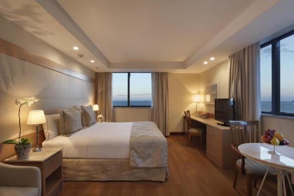 Stay in a spacious and luxurious suite at Windsor Atlantica