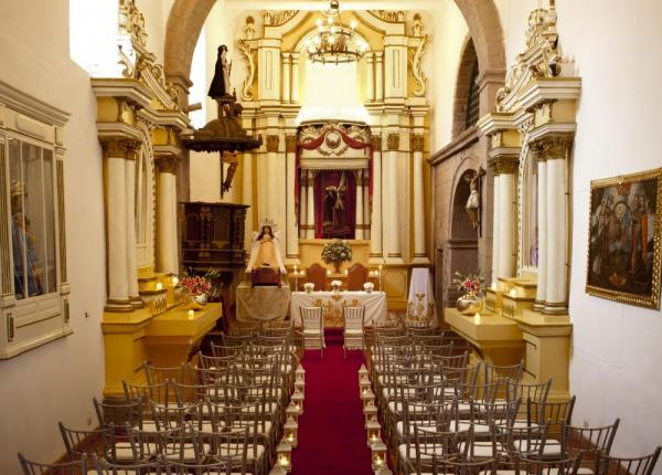 Palacio Nazarenas features an indoor chapel