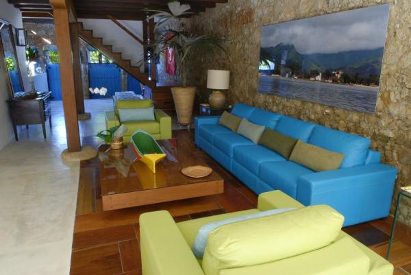 Relax in the comfortable lounge at Pousada Casa da Turquesa