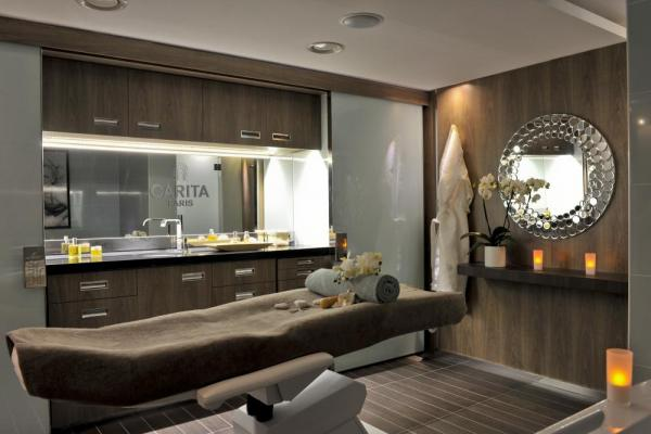Relax in this luxurious spa.
