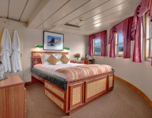 SS Legacy's Commodore Suite.