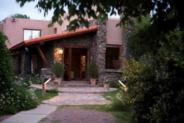 The entry of the Lares de Chacras Hotel.