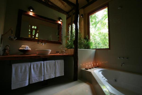 The beautifully designed bathroom of the Yacutinga Lodge.