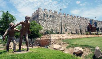 The Mirador El Fuerte Museum exhibits history of the area.