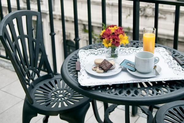 Enjoy delicious tea and cakes while enjoying the view on the balcony.