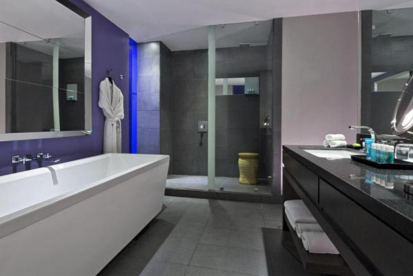 The luxurious and modern bathroom of the Wonderful Rooms.