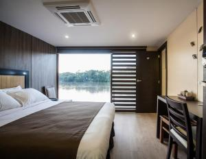 View the Amazon from your deluxe single suite aboard the Anakonda.