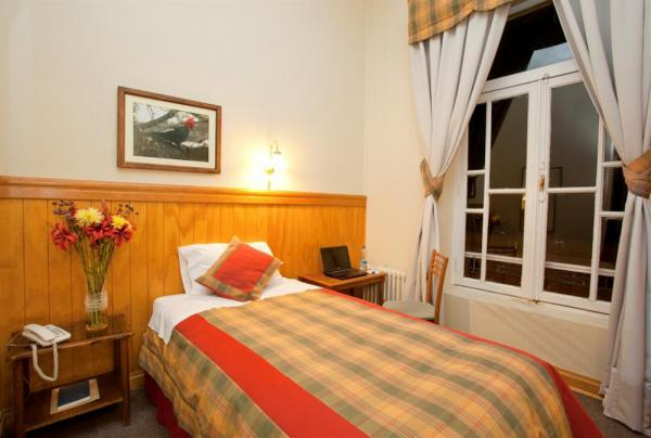 A quaint twin room at the Hotel Plaza Punta Arenas