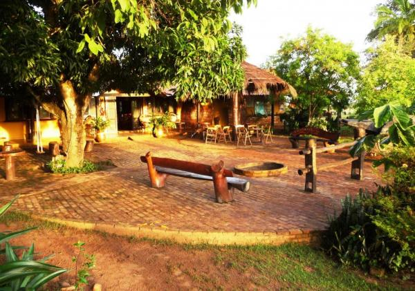Relax in the outdoor courtyard at Araras EcoLodge