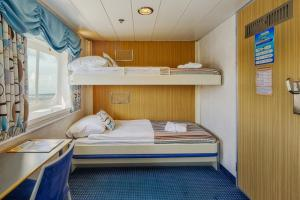Bridge Deck Twin Cabin