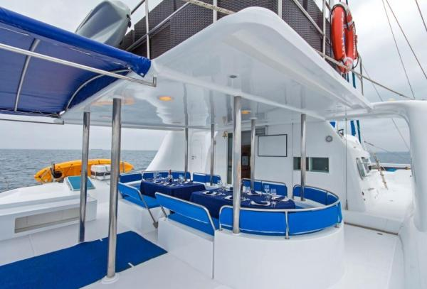 Deck and outdoor dining on the Nemo I
