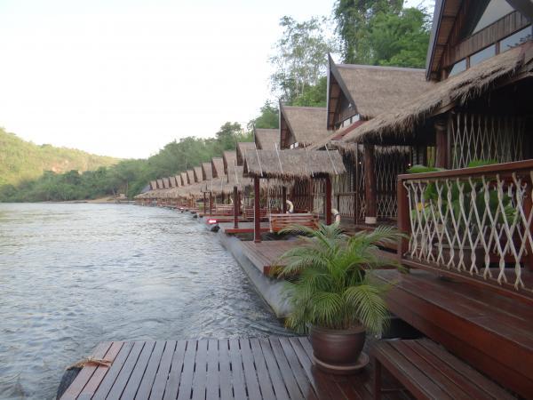 Плавучий дом на реке Квай